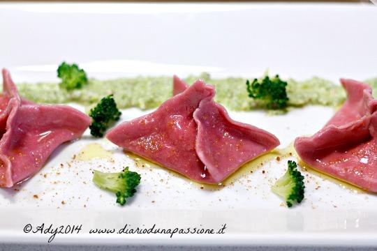Fagottini rosa ripieni di caprino, limone e bottarga con pesto di broccoli